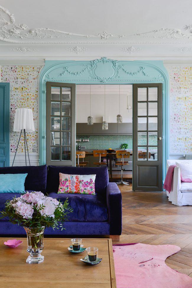 Лепнина и небольшие багеты на потолке дополнят гостиную в неординарном кукольном стиле