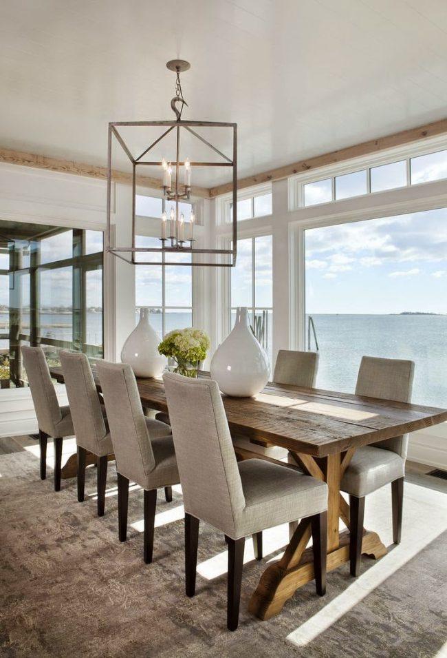 Деревянный плинтус в столовой пляжного стиля