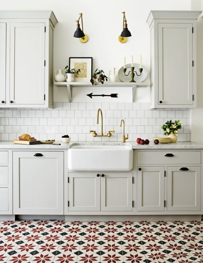 Яркое напольное покрытие в белой кухне