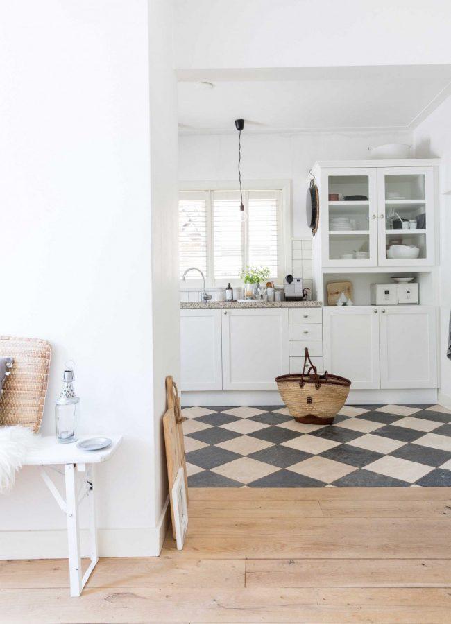 Контрастная квадратная плитка в зоне кухни