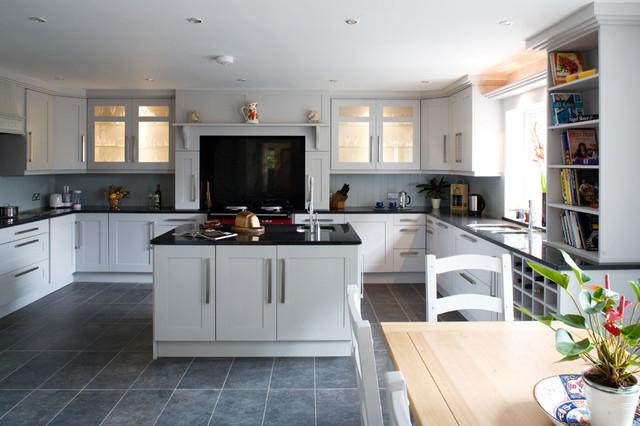 Прямоугольная серая крупная плитка в просторной кухне