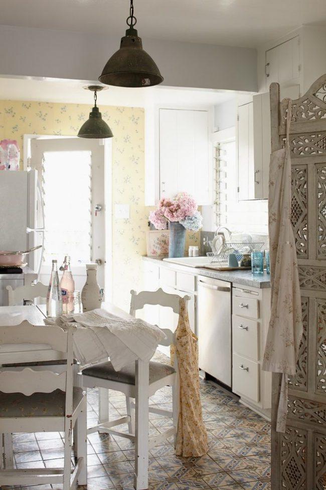 Бежевая узорная плитка в интерьере провансовой кухни