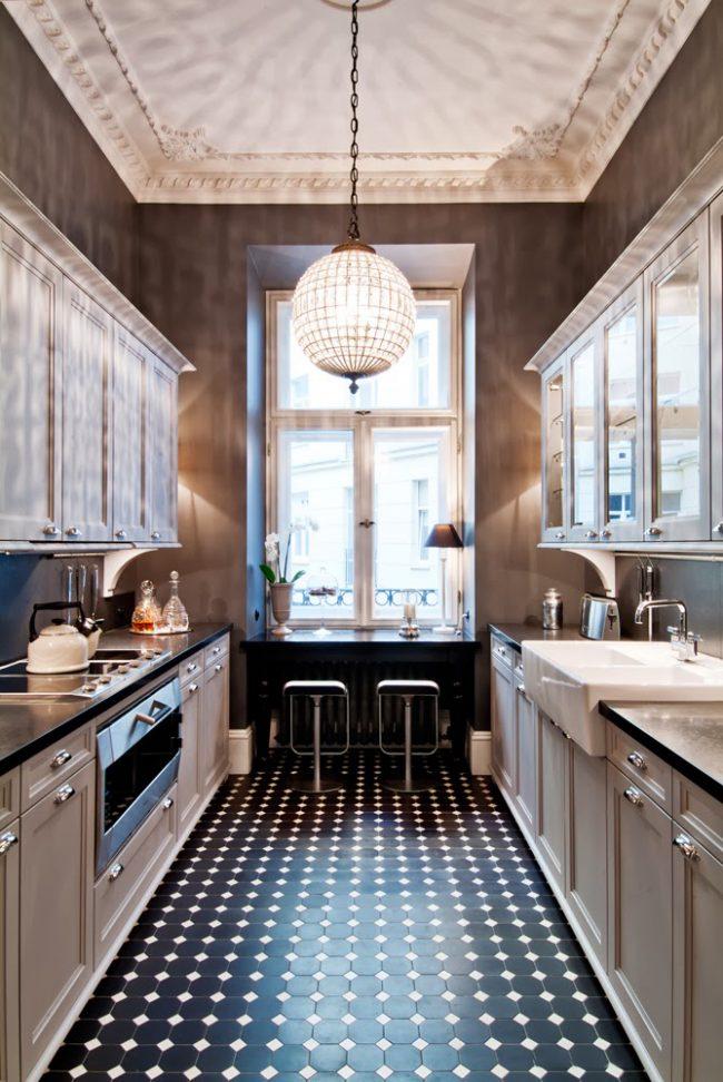 Маленькая контрастная плитка в классической кухне