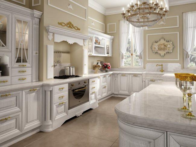 В классической светлой кухне выигрышно будет смотреться крупная квадратная плитка песочных оттенков