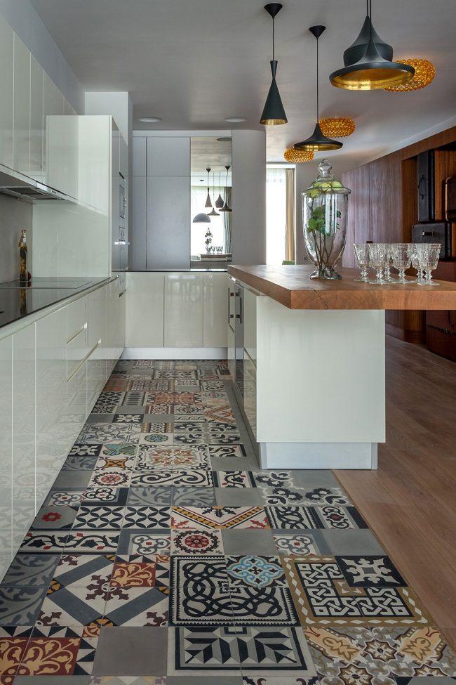 Стильная разноцветная плитка в узкой кухне