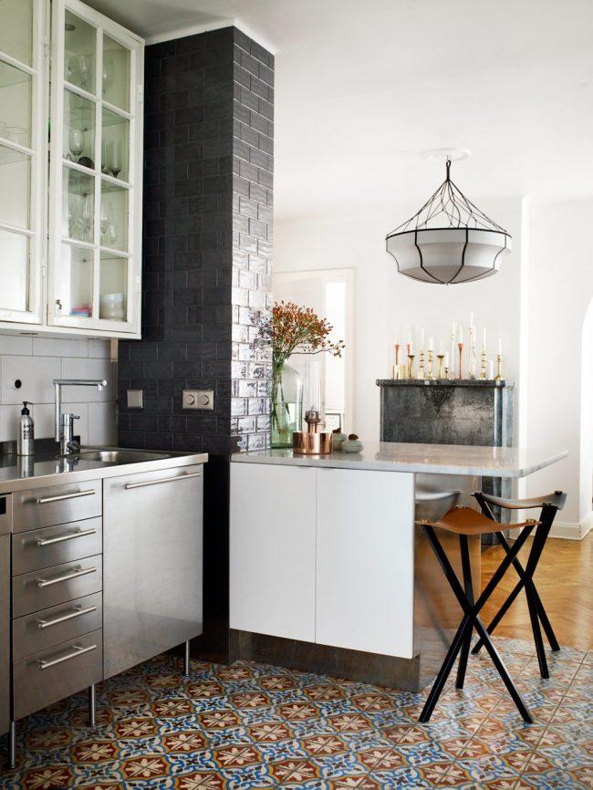 Цветная плитка маленького размера в небольшой кухне