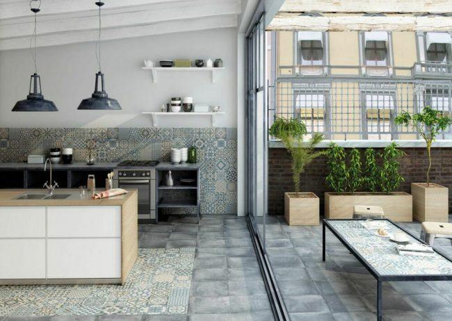 Сочетание двух видов совершенно разной плитки в панорамной кухне с открытой террасой