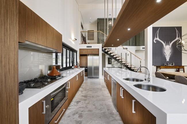 Светлая плитка на пол на кухне, имитирующая узор натурального мрамора