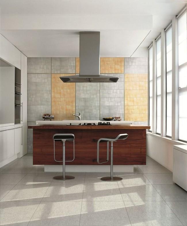Неброская плитка на полу в одной цветовой гамме с кухонным фартуком поддерживает настроение светлой кухни