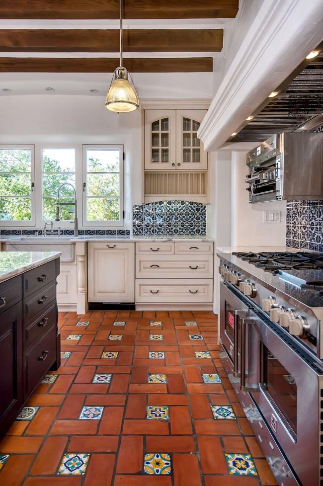 Плитка с орнаментальными акцентами, перекликающимися с узором на кухонном фартуке