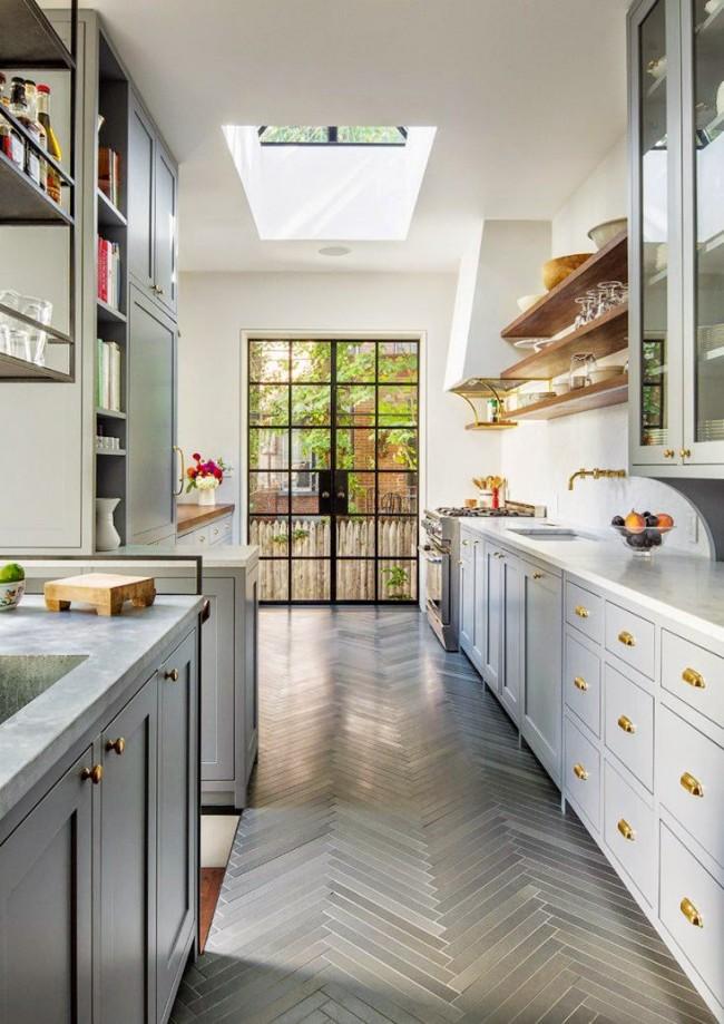 Оригинальная плитка, имитирующая паркет, в одной цветовой гамме с кухонным гарнитуром создает целостность на кухне