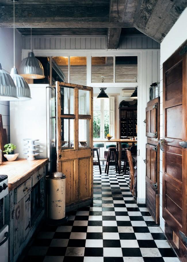 Уютная кухня в винтажном стиле с классической черно-белой плиткой на полу