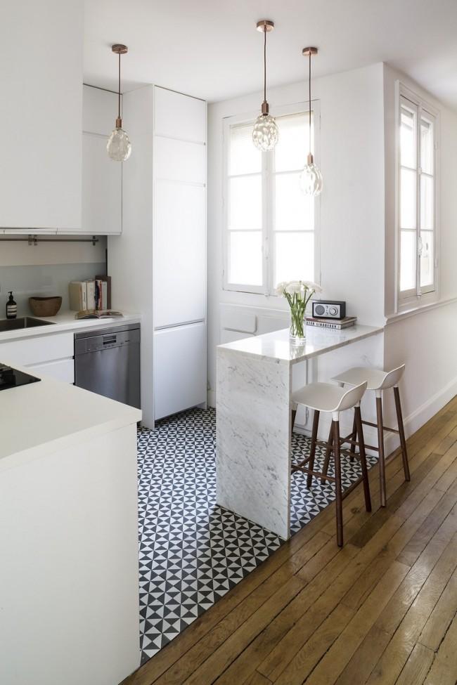 Мелкая черно-белая плитка на светлой кухне отлично зонирует рабочее пространство
