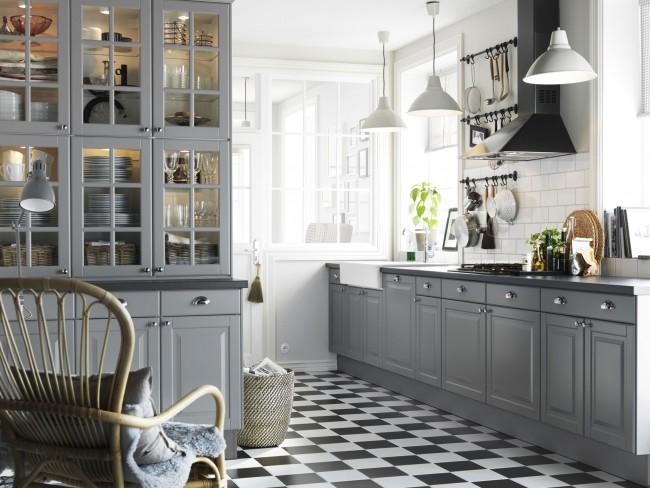 Плитка, имитирующая шахматную доску, отлично подойдет для кухни в любой цветовой гамме
