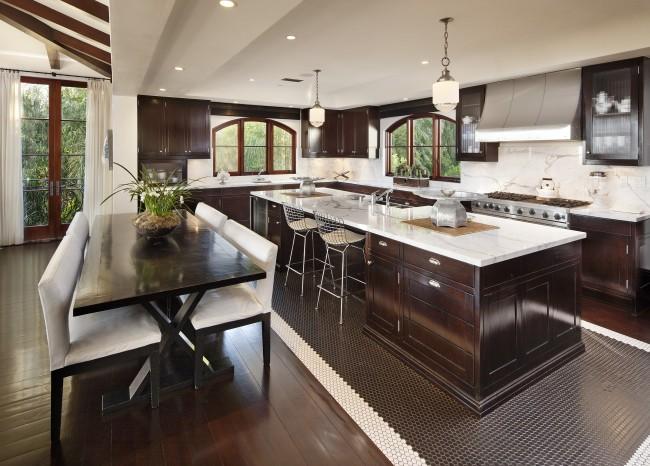 Можно комбинировать плитку с другими отделочными материалами, к примеру: мелкая шестиугольная плитка в рабочей зоне и деревянный пол в обеденной