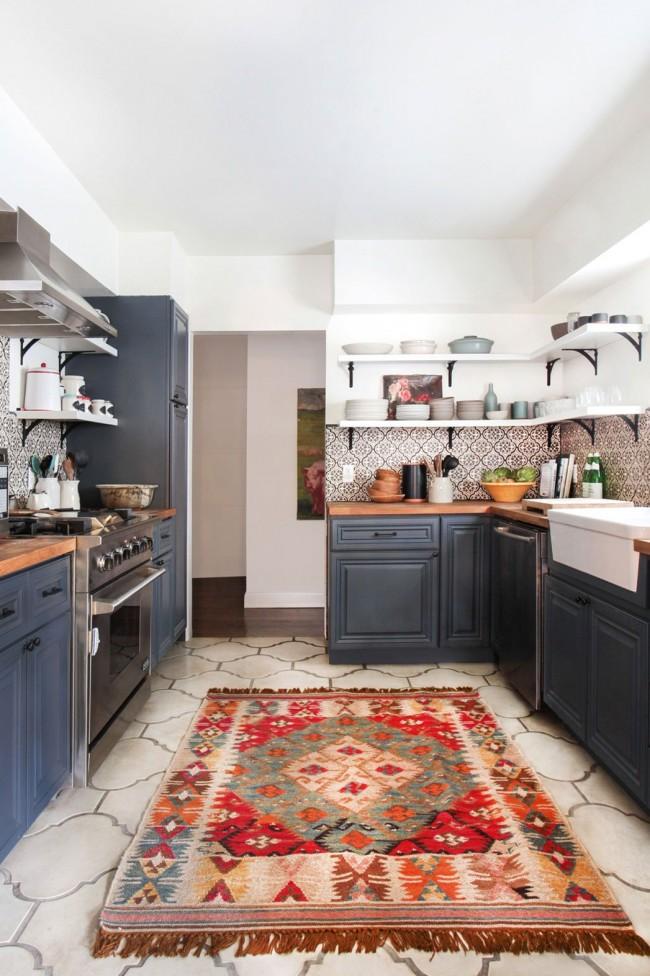 Прочный керамогранит оригинальной формы на кухне в скандинавском стиле