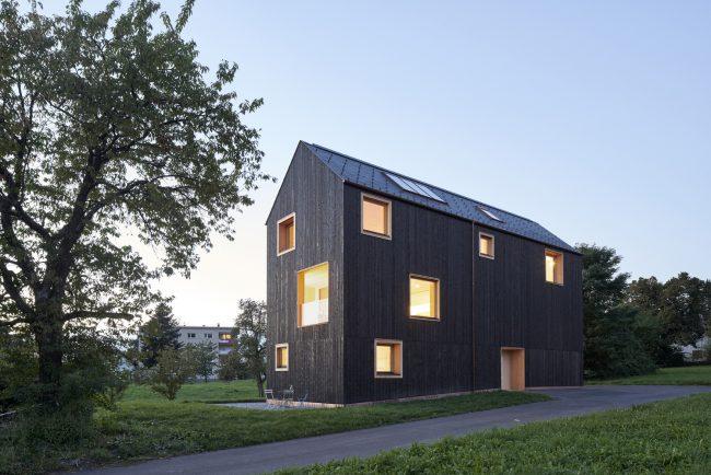 Фасад дома, приспособленного под более изменчивые климатические условия, поселок Лохау, Австрия. Площадь: 200 кв. м; архитектор: Бернардо Бадер; окончание строительства: 2016 г.
