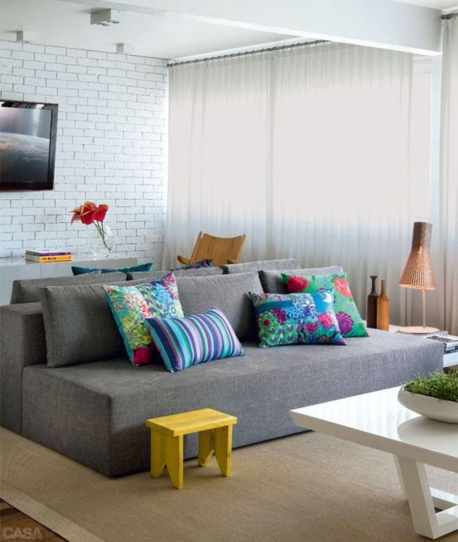 Современный диван из поролоновых деталей, обновленный хлопковой тканью серых тонов