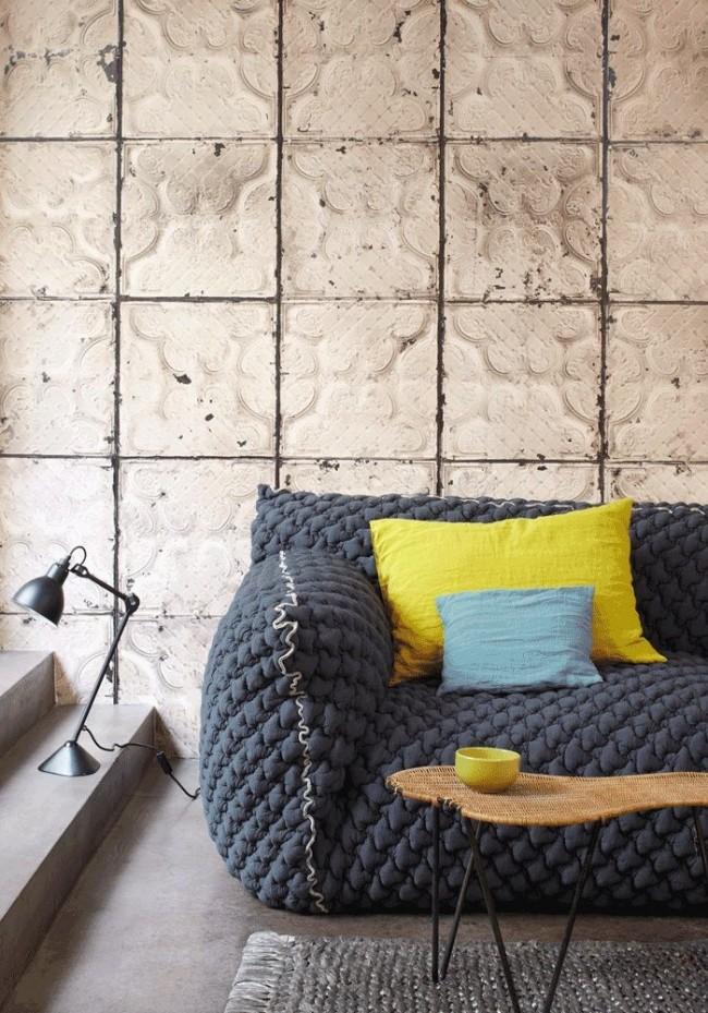 Необычная вязаная обивка дивана в гостиной