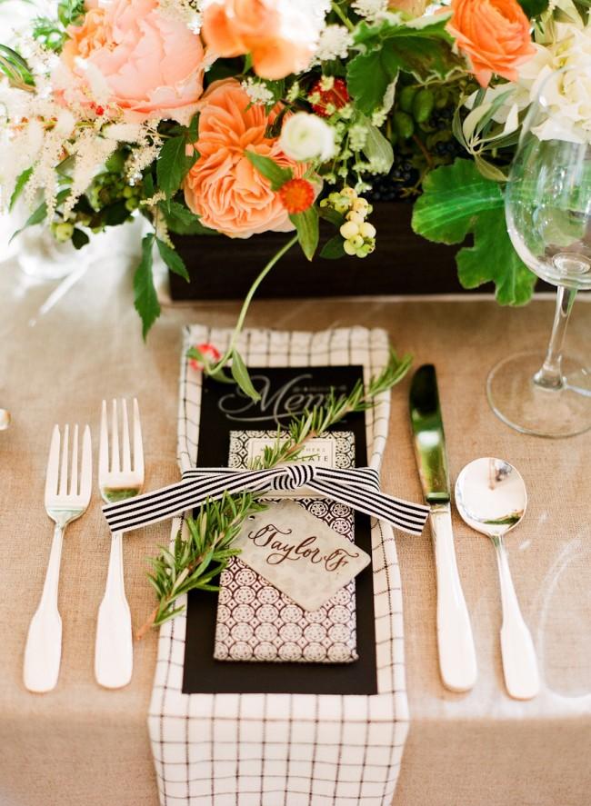 Простая сервировка стола с льняной скатертью для неформального приема гостей. Все внимание здесь - центральной композиции из живых цветов