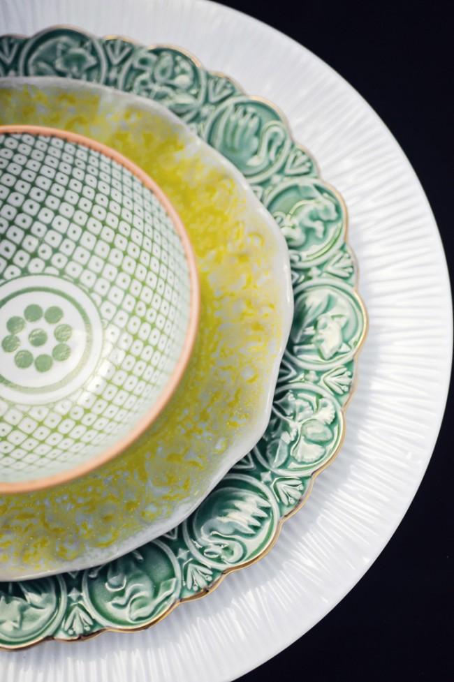 Дизайнерская находка, которая сделает место каждого гостя по-настоящему уникальным: сочетание тарелок из разных наборов, никак (или почти никак) не связанных по стилю, цвету и рисунку