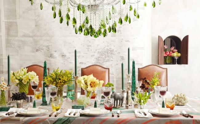"""Идея от декоратора Бронсона ван Вика: """"Стол наполнен достаточно, чтобы выглядеть по-домашнему уютно, но эффекта загроможденности нет, благодаря ритму. Все самые высокие предметы декора - тонкие, и не загораживают лица сидящих напротив"""""""