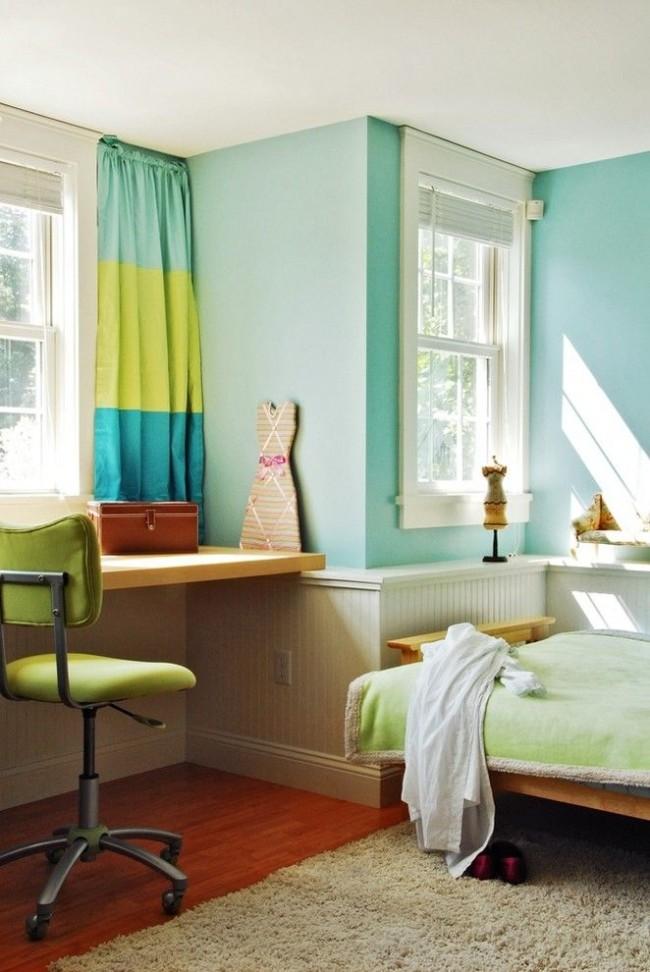 Современная детская комната свежих оттенков для девочки-подростка с трехцветными короткими шторами и жалюзи на окнах