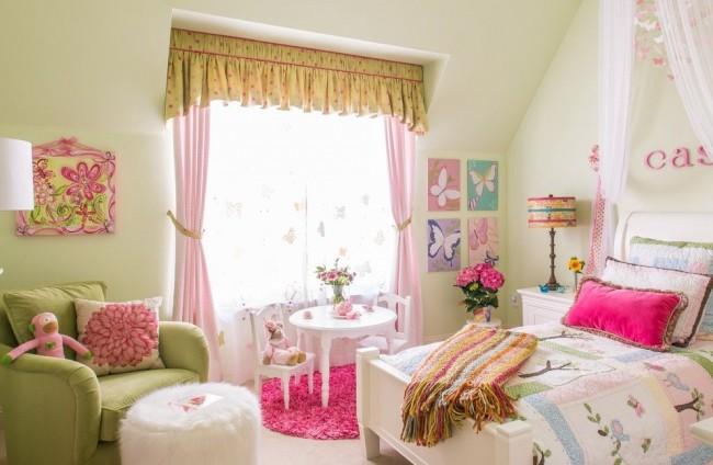 Оконное оформление для детской комнаты девочки из трех составляющих: тюль, шторы и ламбрекен