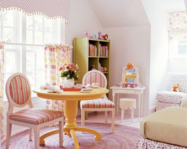 Безопасные, качественные и удобные шторы для девочки. Их дизайнерский плюс в удачной компоновке с другими интерьерными элементами
