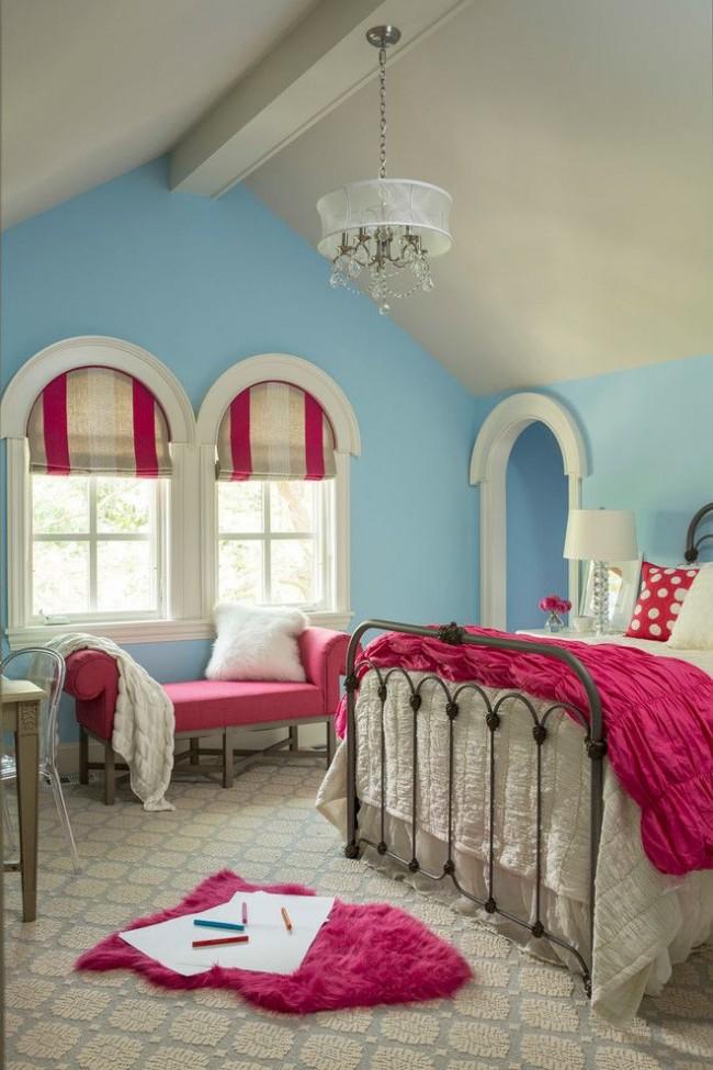 Розовая софа, розовый постельный текстиль и римские шторы трех теплых цветов – детская комната для девочки. Небесно-голубые стены контрастируют с основным розовым цветом в интерьере