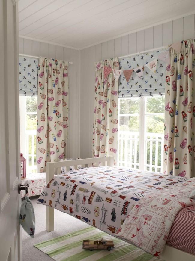 Спокойный дизайн комнаты, разбавленный принтованным текстилем: текстильные жалюзи, плотные шторы из натуральной ткани, двухстороннее постельное белье и прикроватный ковер
