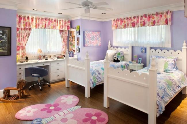 Детская комната для двух девочек-сестер с многослойными шторами: прозрачная тюль, плотные шторы с ярким цветочным принтом и драпировка-ламбрекен из той же ткани, что и шторы