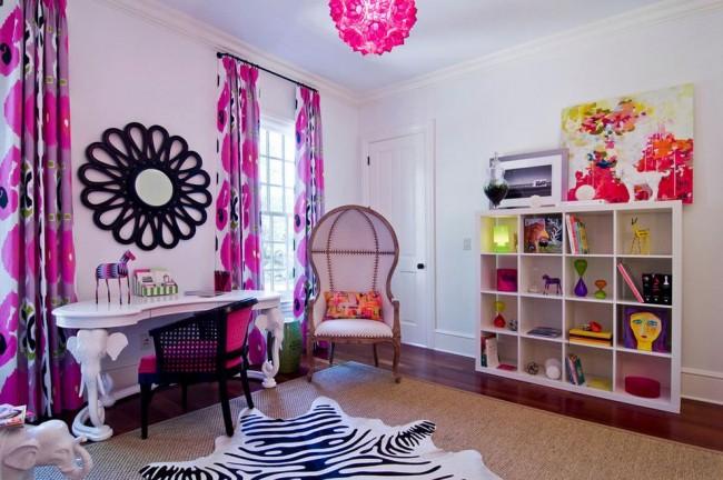 Эклектическая детская для девочки-подростка с цветочным принтом на шторах