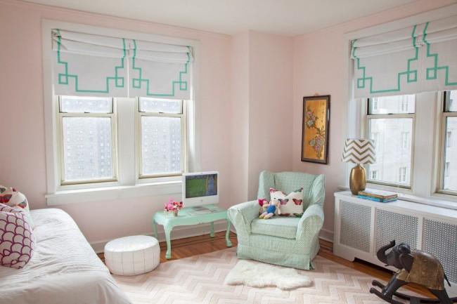 Нежная розово-мятная комната для девочки с плотными римскими шторами