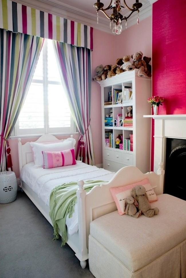 Полосатые шелковые шторы со шнурами и ламбрекеном не только обрамляют окно, а еще и выступают в роли навеса для кровати