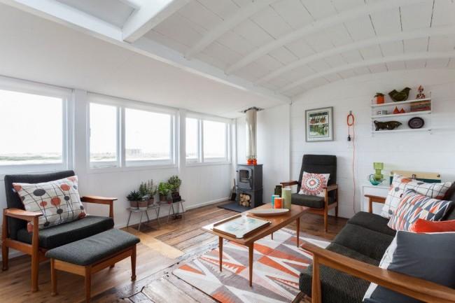 Скандинавские орнаменты на текстиле, электрический камин и натуральное дерево в оформлении интерьера