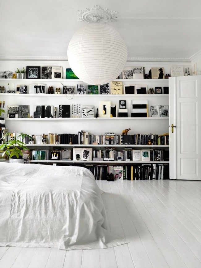Интересное решение для стены в спальне скандинавского стиля