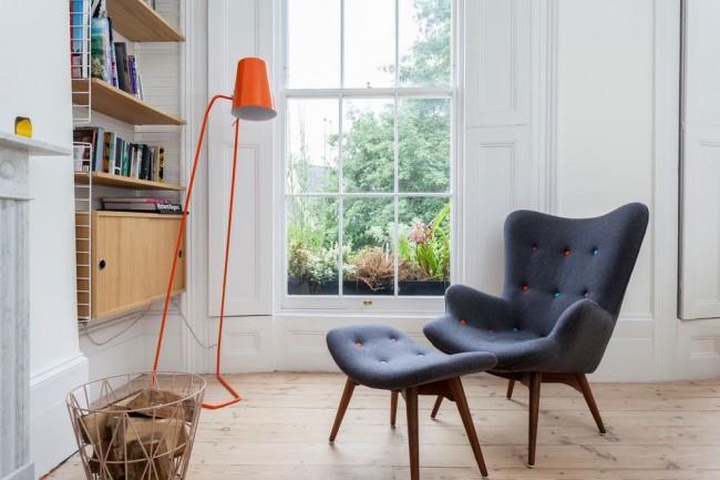 Лаконичный и характерный для скандинавского стиля интерьер: максимум света, натуральная половая доска, деревянное окно, мебель в стиле минимализм и яркие акценты в виде аксессуаров