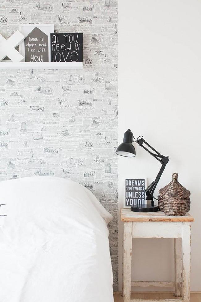 Обои-газета, состаренная прикроватная тумбочка, плетеные элементы декора – особенности простого, но уютного скандинавского стиля