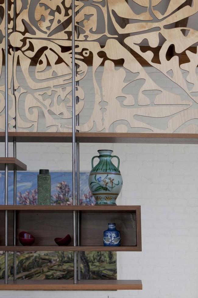 Ручная роспись посуды скандинавскими мастерами, пейзаж на стене и узорчатая резьба по дереву – колоритные элементы декора