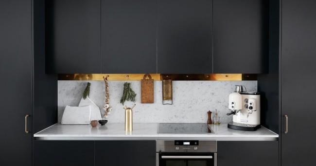 Еще один пример, как латунь (а также чистая медь и бронза) способны полностью изменить вид мебельного гарнитура