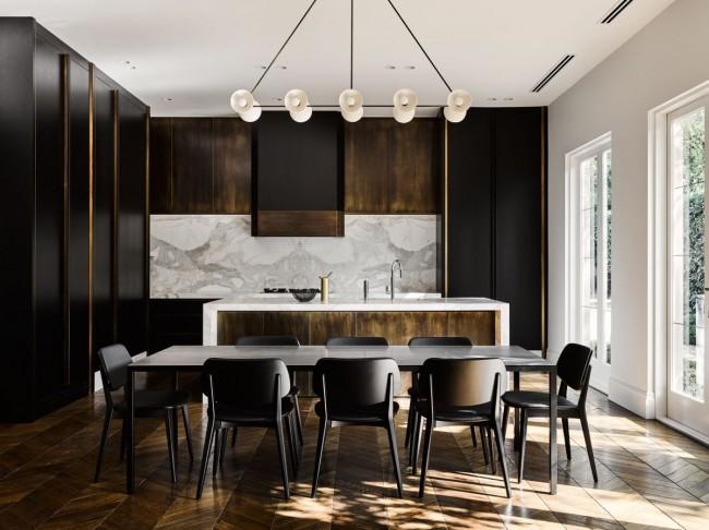 Строгий формальный черный цвет мебели на фоне белого мрамора и темного дерева