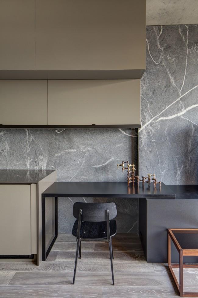 Современный шик: бежево-серые матовые фасады мебели и черный мрамор