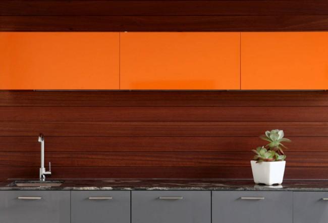 Минималистичный, но живой и яркий дизайн современной кухни с низкими небольшими подвесными шкафами