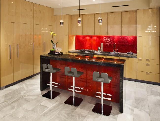 """Нетрадиционный выбор """"финиша"""" и цветового контраста в материалах поверхностей кухни: светлое дерево с зеркальным глянцем и переливы стеклянной мозаики рубиново-красного цвета"""