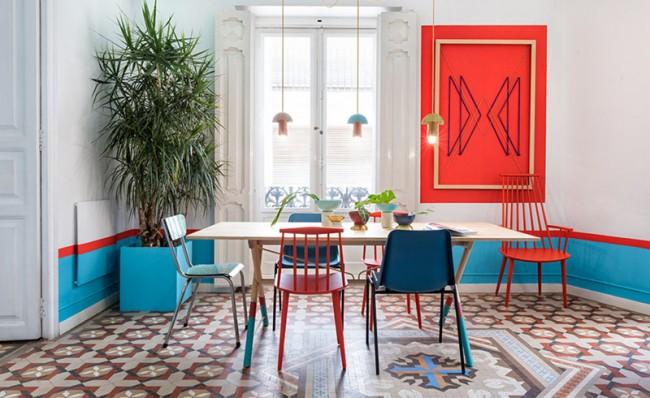 Насыщенные чистые алый и бирюзовый цвета (со вспомогательным белым) выбрали для столовой этого публичного пространства (Валенсия Лаунж Хостел, Испания)