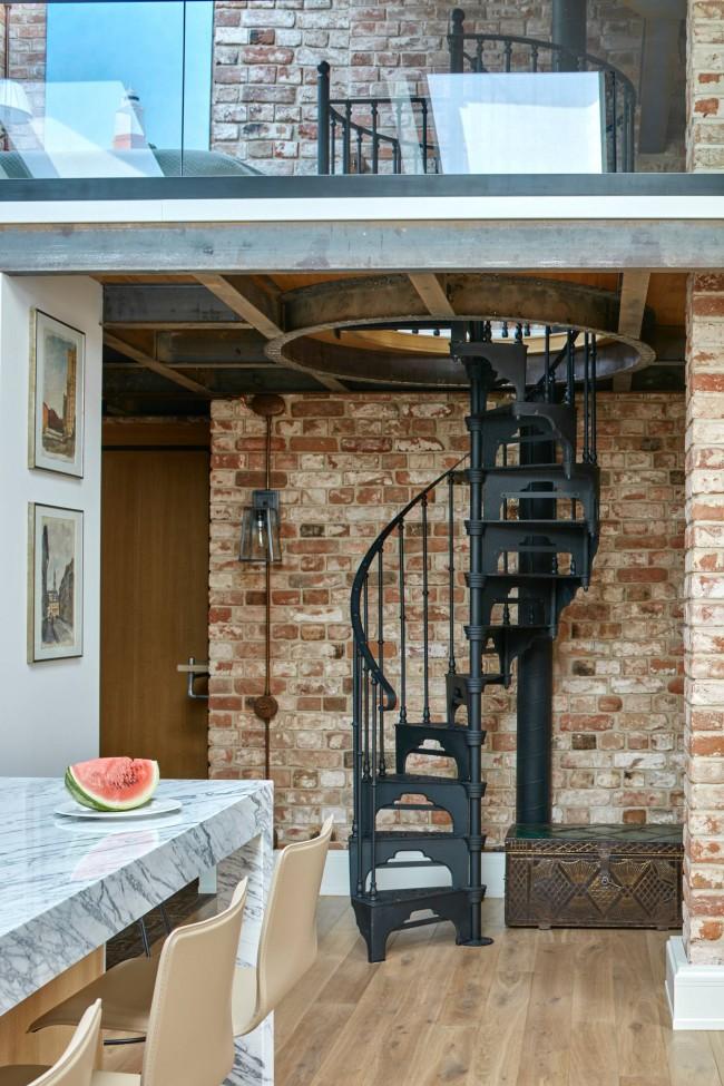 Винтовые лестницы из черненого металла - одна из тех вещей, что подчеркивают аутентичность индустриального, лофт- или стимпанк-интерьера