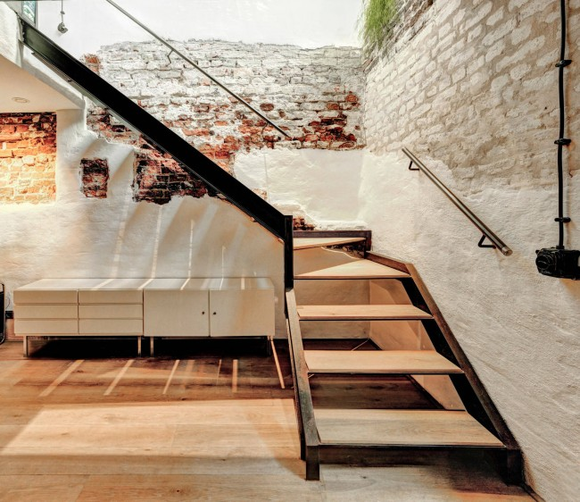 Потрясающий декоративный эффект от обнажения кирпичной стены под слоями отделки