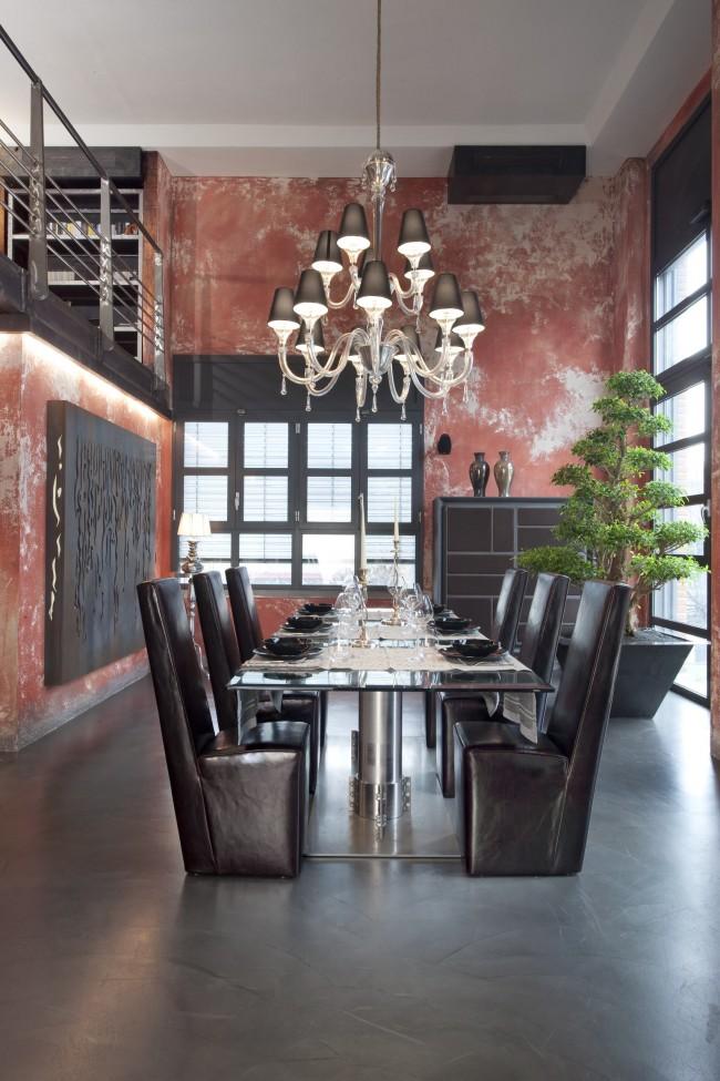Нетронутая отделка стен, несущая следы многих и многих лет, - потрясающий фон для любых ансамблей винтажных и ультрасовременных предметов мебели и декора