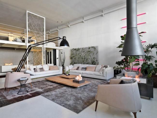 Огромное открытое пространство этого лофта в Милане вовсе не выглядит холодным и пустым - такой эффект достигнут с помощью совсем не скромного количества мягкой, очень по-домашнему уютной мебели, и таких же мягких однотонных ковров
